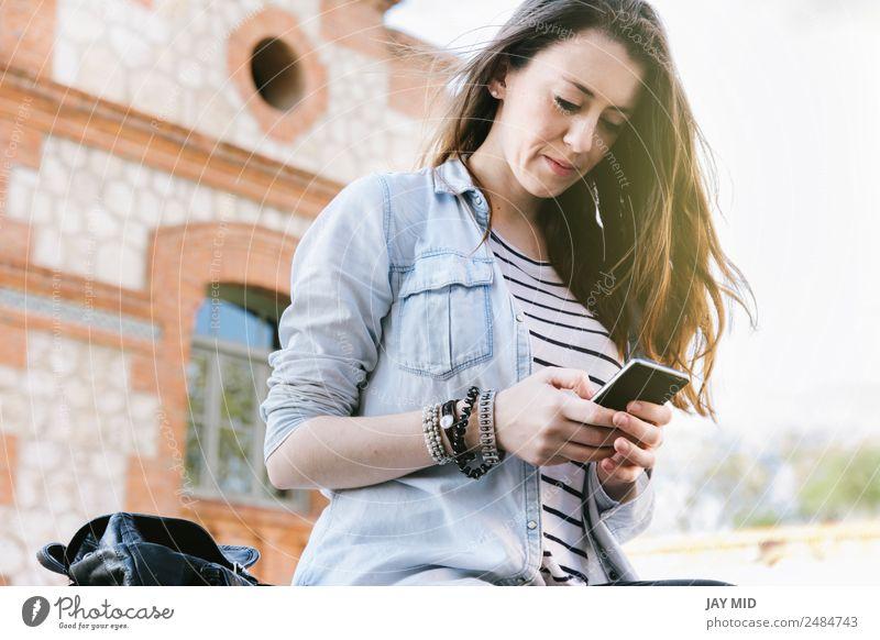 schöne Frau, die beim Lachen am Telefon spricht. Lifestyle Stil Freude sprechen Handy PDA Technik & Technologie Internet Junger Mann Jugendliche Erwachsene 1