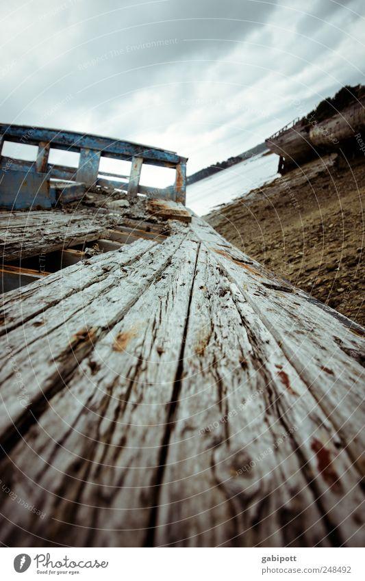 fluchtpunkt Bootsfahrt Fischerboot Wasserfahrzeug Schiffsplanken Schiffsdeck Schiffswrack Schiffsbug Holz alt kaputt trashig braun Endzeitstimmung Ewigkeit
