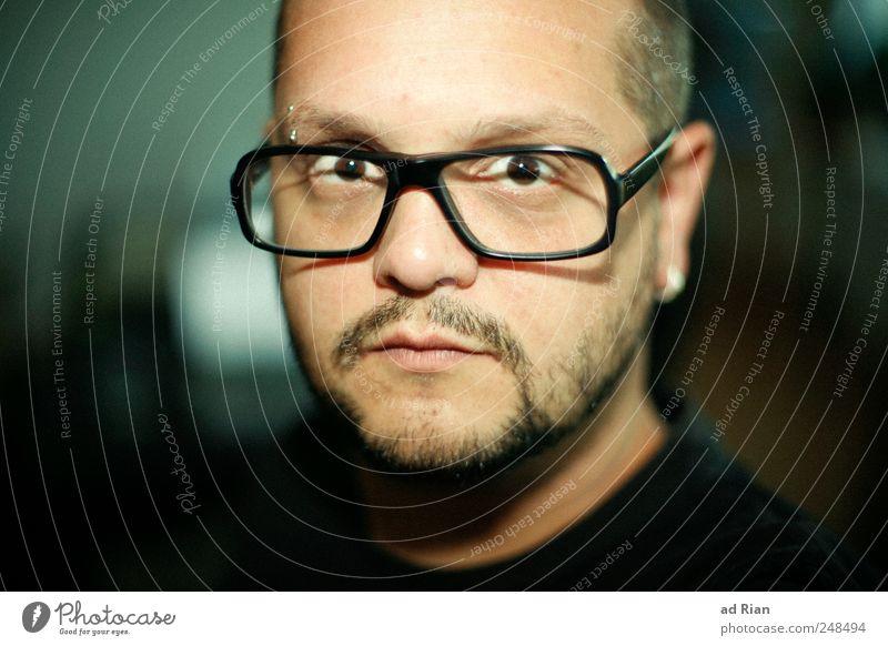 ich bin nicht immer Ernst. Brille Brillenträger maskulin Gesicht Bart 1 Mensch 30-45 Jahre Erwachsene Wachsamkeit Selbstbeherrschung Farbfoto Zentralperspektive