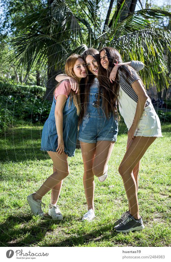 Drei schöne junge Frauen Mensch feminin Junge Frau Jugendliche Erwachsene Freundschaft 3 18-30 Jahre Pflanze Schönes Wetter Baum Park Mode Hut lachen
