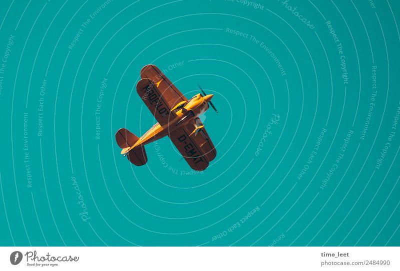 Mad Pilot Luftverkehr Flugzeug Propellerflugzeug Doppeldecker fliegen Coolness hoch oben verrückt gelb gold türkis Freude Abenteuer erleben Freiheit