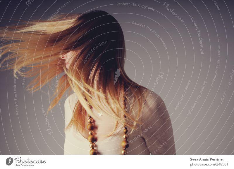 moment. feminin Junge Frau Jugendliche Haare & Frisuren 1 Mensch 18-30 Jahre Erwachsene Accessoire Kette blond langhaarig drehen trendy Freude Glück