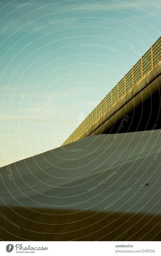 Unter der Autobahnbrücke Himmel Ferien & Urlaub & Reisen Architektur Verkehr Brücke fahren Bauwerk Tunnel diagonal Verkehrswege Autofahren Zelt Abdeckung