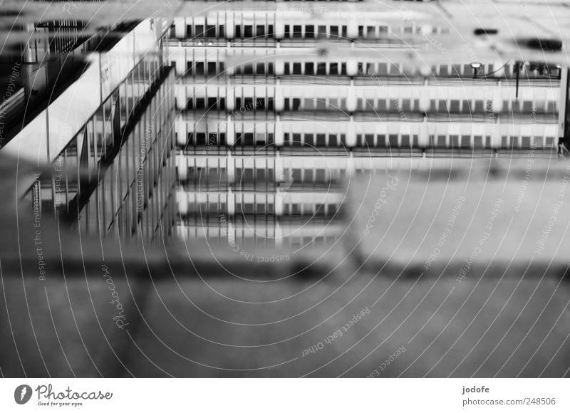 Parallelwelt Menschenleer Hochhaus Bankgebäude Fassade Fenster kalt trist Vergangenheit Gebäude Deutschland nachkriegsarchitektur Pfütze Wasser