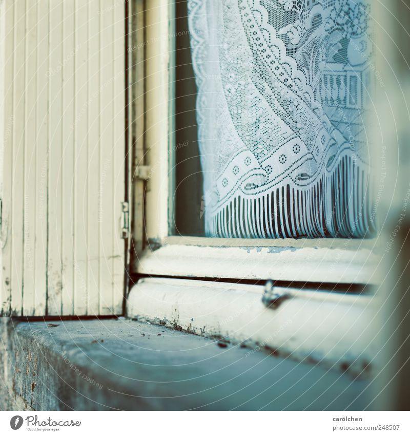 offen Dorf Menschenleer Fenster blau beige grau zyan Alltagsfotografie Ecke Fensterrahmen Gardine altmodisch Farbfoto Gedeckte Farben Detailaufnahme