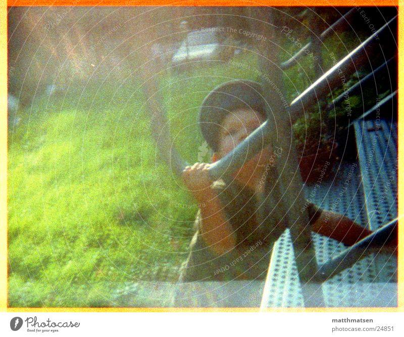 Aufstieg Kind Mann grün Sommer Treppe modern Mütze Überbelichtung