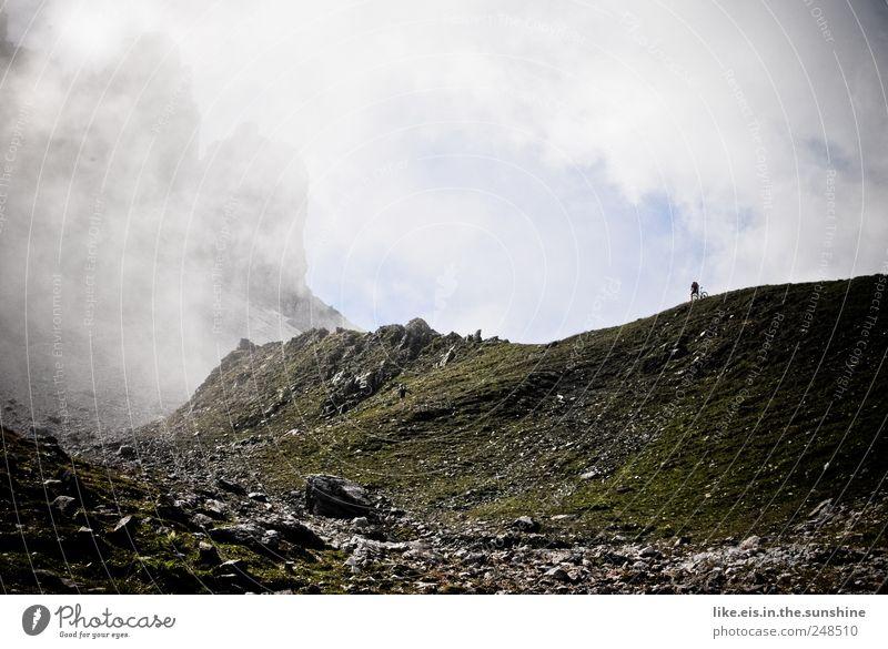 einsamer biker Mensch Mann Ferien & Urlaub & Reisen Wolken Einsamkeit ruhig Erwachsene Ferne Landschaft Berge u. Gebirge Freiheit Zufriedenheit Felsen