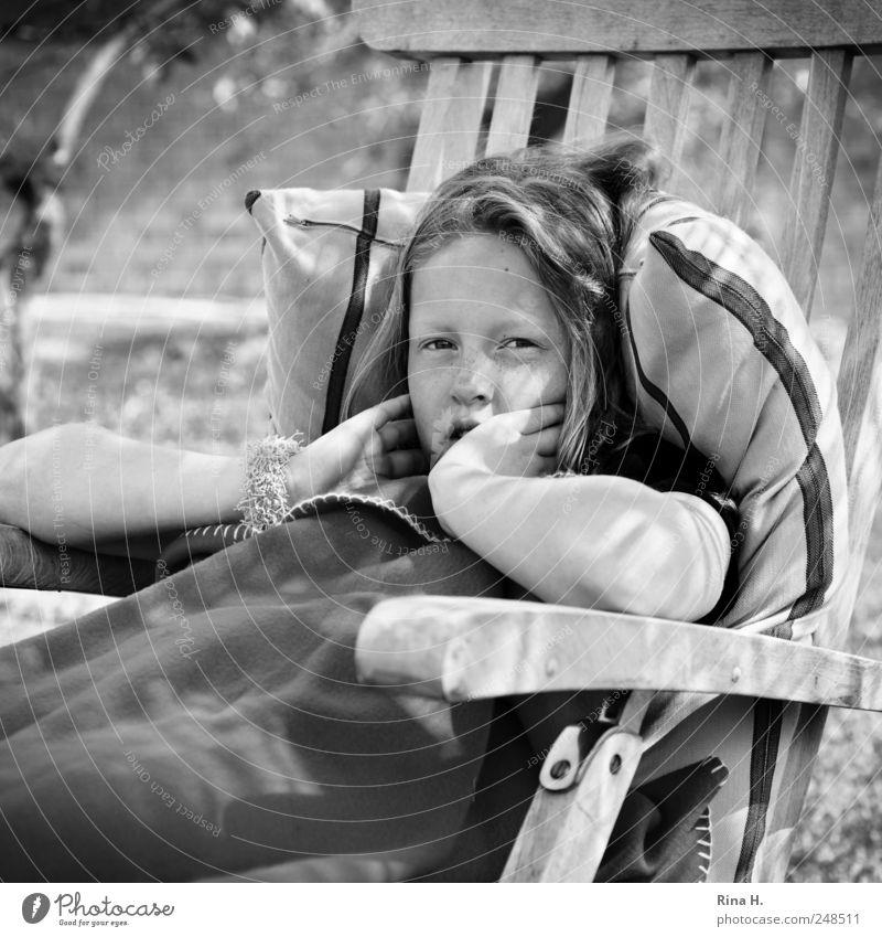 stürmische Zeiten.. Mensch Mädchen 8-13 Jahre Kind Kindheit blond langhaarig Erholung sitzen authentisch hell schön Gefühle Gartenliege Decke Kissen