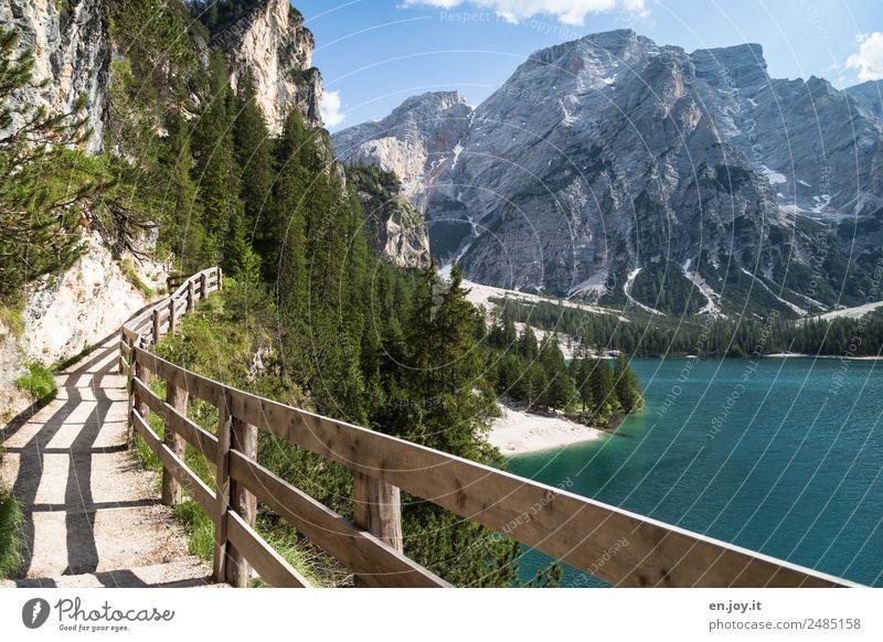 sicher wandern Ferien & Urlaub & Reisen Ausflug Ferne Sommer Sommerurlaub Berge u. Gebirge Natur Landschaft Wald Felsen Alpen Dolomiten Seeufer Pragser Wildsee