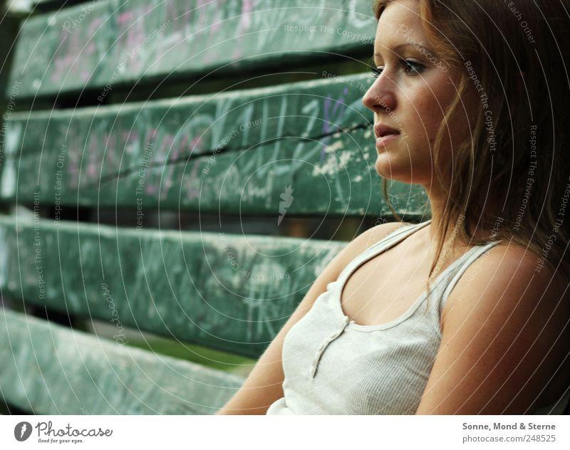 Certain Shade Of Green Mensch feminin Junge Frau Jugendliche 1 18-30 Jahre Erwachsene T-Shirt brünett langhaarig Holz Graffiti beobachten Denken Erholung sitzen
