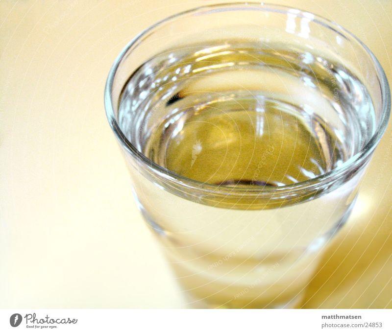 Wasserglas ruhig gelb Glas Häusliches Leben Flüssigkeit Wasserglas