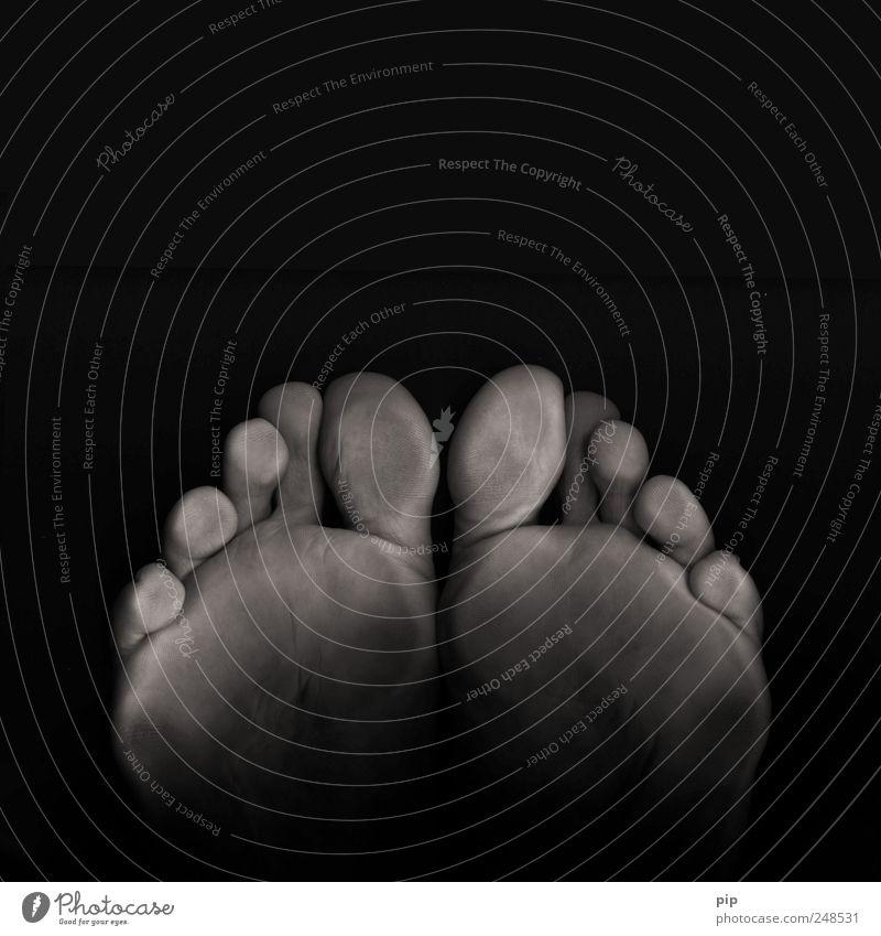 blackfeet Mensch maskulin Fuß Zehen Fußsohle 1 dunkel Ekel kalt grau schwarz Scan 10 Haut stehen platt Schwarzweißfoto Nahaufnahme Detailaufnahme abstrakt