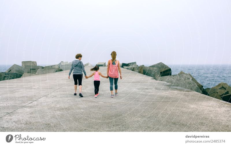 Rückansicht von drei weiblichen Generationen beim Gehen Lifestyle Freizeit & Hobby Meer Sport Kind Mensch Frau Erwachsene Mutter Großvater Großmutter