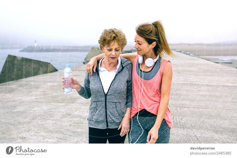 Frau Mensch alt Meer Erwachsene Lifestyle sprechen Sport Freizeit & Hobby Nebel Aktion authentisch Fitness Energie Mutter sportlich