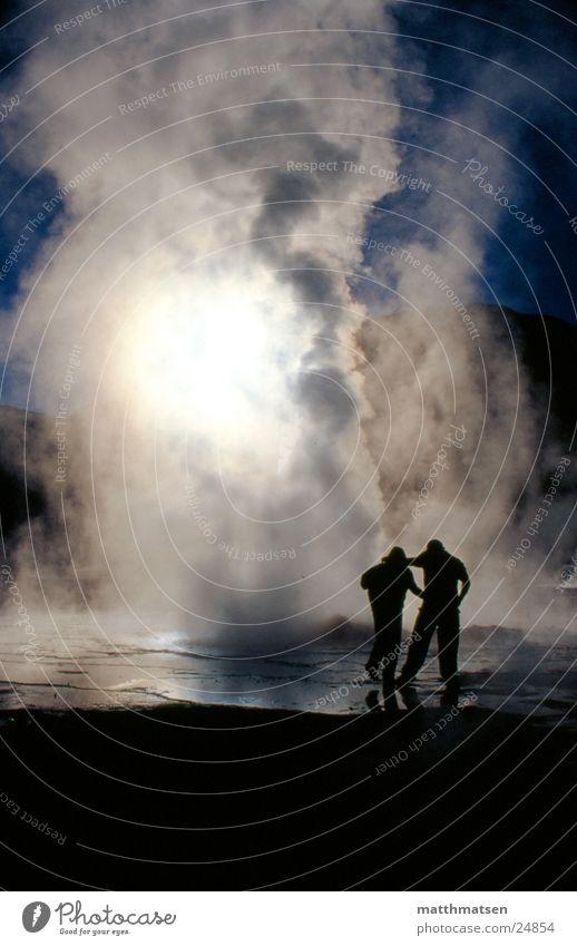 Chile Geysir Nebel Südamerika Gegenlicht weiß Wolken Berge u. Gebirge Mensch Morgen Sonne zwei personen blau Wasser