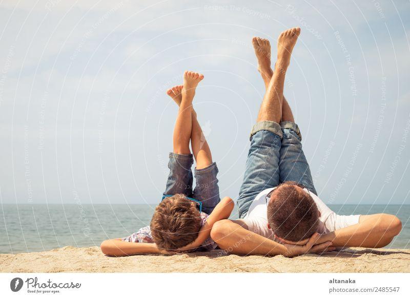 Vater und Sohn spielen am Strand. Lifestyle Freude Glück Leben Erholung Freizeit & Hobby Spielen Ferien & Urlaub & Reisen Ausflug Freiheit Camping Sommer Sport
