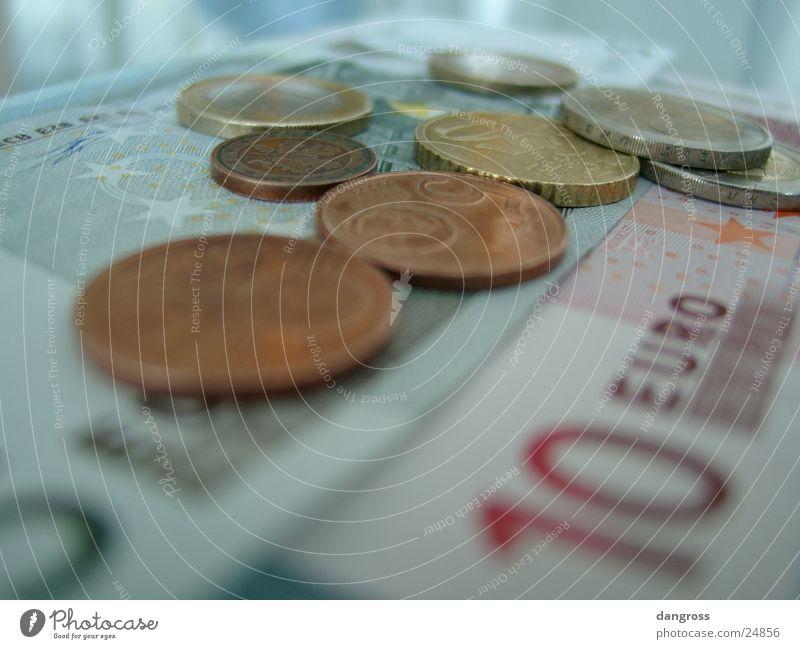 Münzen auf Scheinen Geld Geldscheine Kapitalwirtschaft Geldmünzen