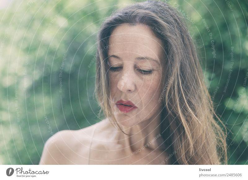 Frau Mensch Natur Sommer schön grün Baum Erotik Blatt ruhig Gesicht Erwachsene Lifestyle feminin Glück Kopf