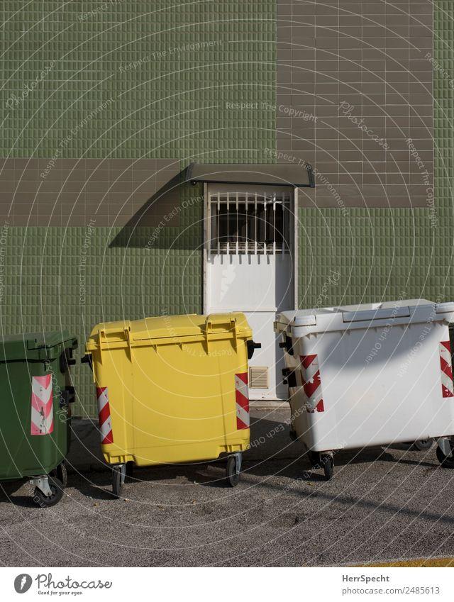 Mülltrennung Häusliches Leben Wohnung Haus Bauwerk Gebäude Architektur Mauer Wand Fassade Tür Container Kunststoff retro Sauberkeit Stadt gelb grün weiß