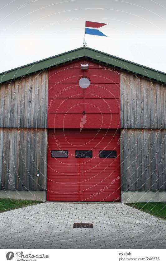 Eine Fahne macht noch keine Festung (2) rot Haus Fenster Holz Architektur Gebäude Tür Fassade Dach Tor Garage Feuerwehr Bildausschnitt Anschnitt Einfahrt