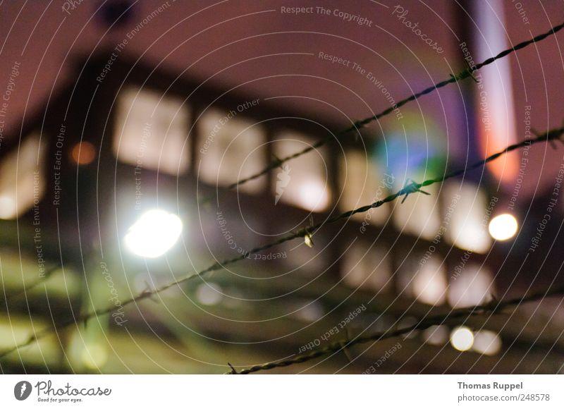Am Abend Himmel Fenster Lampe Fassade Fabrik Zaun Straßenbeleuchtung Schornstein Nachthimmel Industrieanlage Stacheldraht Stacheldrahtzaun