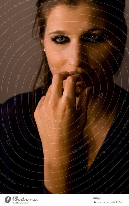 verlegen feminin Junge Frau Jugendliche Hand 1 Mensch 18-30 Jahre Erwachsene dunkel schön Schüchternheit direkt frontal Farbfoto Innenaufnahme Studioaufnahme