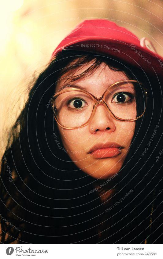 Bird. Mensch feminin Junge Frau Jugendliche Haare & Frisuren 1 18-30 Jahre Erwachsene Künstler schwarzhaarig langhaarig lustig nerdig verrückt rot weiß bizarr