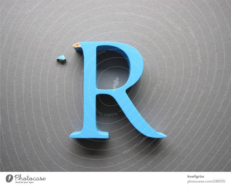 Die Fassade bröckelt Schriftzeichen groß blau grau Verfall abgebrochen Großbuchstabe R abgeplatzt Farbfoto Studioaufnahme Nahaufnahme Menschenleer