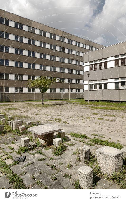 Jala City Berlin Stadt Menschenleer Haus Gebäude Architektur Plattenbau Bürogebäude Fenster Fassade Tisch Stuhl Hocker alt modern grau Ende Endzeitstimmung