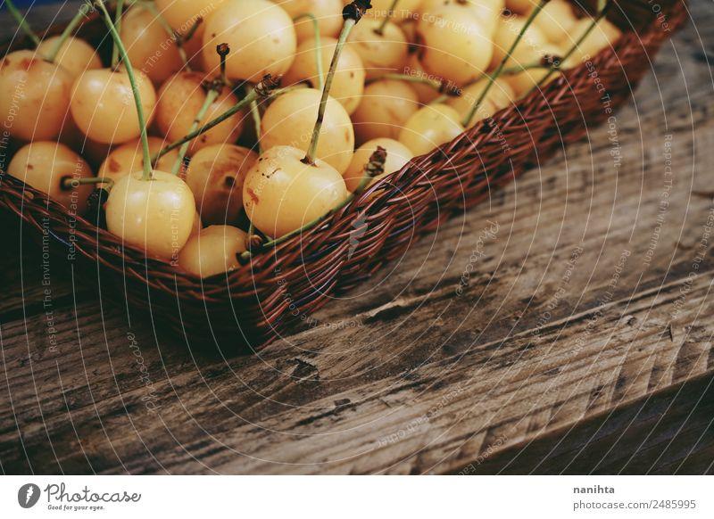 Weiße Kirschen auf Holzgrund Lebensmittel Frucht Dessert Ernährung Bioprodukte Vegetarische Ernährung Gesundheit Gesunde Ernährung Container alt frisch Billig
