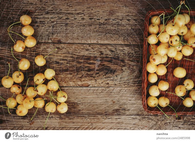 Weiße Kirschen auf Holzgrund Lebensmittel Frucht Dessert Ernährung Bioprodukte Vegetarische Ernährung Diät authentisch frisch Gesundheit Billig gut lecker