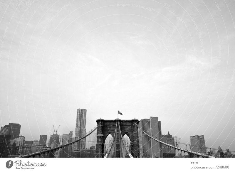 Postkarte Stadt Ferien & Urlaub & Reisen Haus grau Erde Hochhaus Brücke Häusliches Leben Fahne leuchten Sightseeing USA New York City Städtereise Brooklyn Bridge