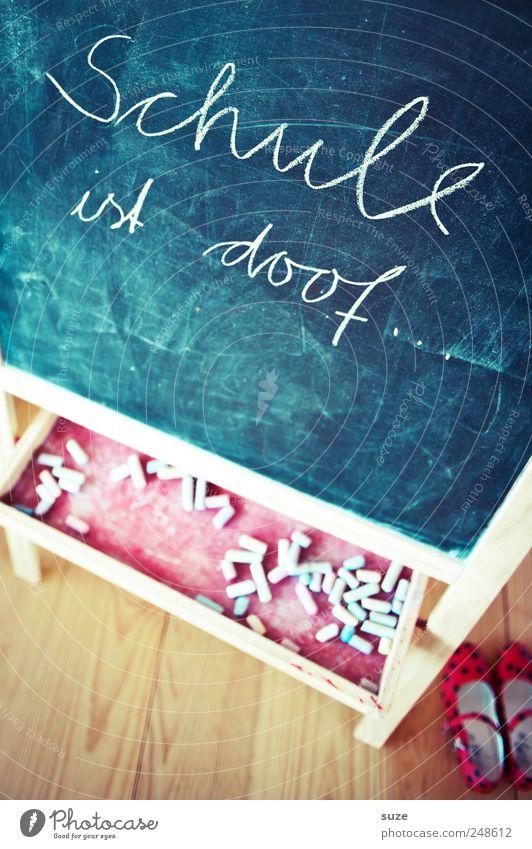 Spruch Freizeit & Hobby Häusliches Leben Kindererziehung Bildung Schule Tafel Kindheit Schuhe Schriftzeichen dumm Kreide Redewendung Handschrift Holzfußboden