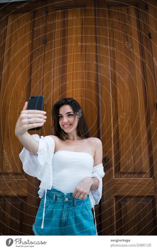 Frau Sommer schön weiß ruhig Erwachsene natürlich Holz Stil Glück Freizeit & Hobby modern Technik & Technologie Lächeln stehen Bekleidung