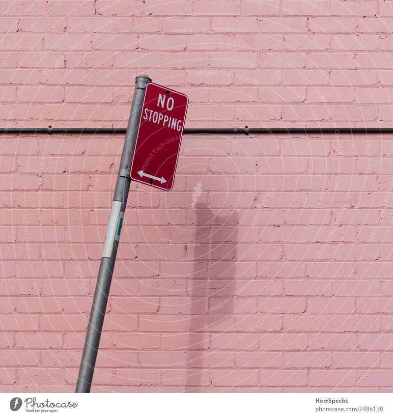 No stopping Schönes Wetter Mauer Wand Verkehrszeichen Verkehrsschild ästhetisch rosa rot Halteverbot Neigung Farbenspiel Schatten Pfeil Backsteinwand reduziert