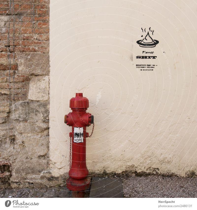 Planet Shit Mauer Wand Zeichen Schriftzeichen trashig trist Stadt braun rot Hydrant Etikett Farbfoto Außenaufnahme Menschenleer Textfreiraum rechts