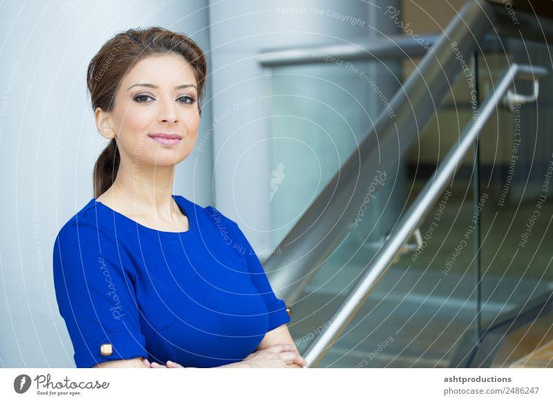 Frau Mensch Jugendliche schön 18-30 Jahre Erwachsene Gesundheit Gefühle feminin Glück Business Zufriedenheit Büro elegant frisch Kraft