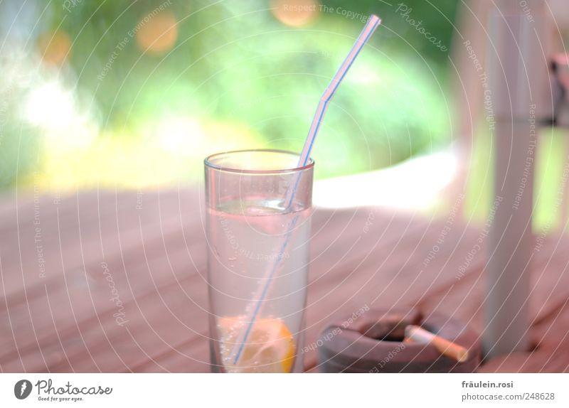 Trink mich... Erfrisch dich! Erfrischungsgetränk Glas Sträucher Garten Holz Kunststoff Rauchen lecker ruhig Zigarette Zigarettenasche Aschenbecher Trinkhalm
