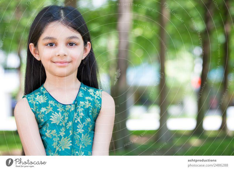 Kind Mensch Natur Mädchen Wald Gesundheit natürlich Gefühle Glück klein Zufriedenheit Park Körper Kindheit Fröhlichkeit einzigartig