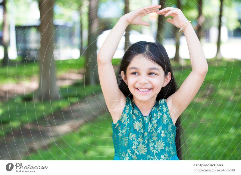 Frau Kind Natur ruhig Freude Erwachsene natürlich Gefühle Sport lachen Glück klein Zufriedenheit Körper Kraft Lächeln