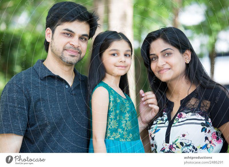 Frau Kind Mensch Natur Mann Mädchen Erwachsene natürlich Familie & Verwandtschaft klein Zusammensein stehen niedlich Mutter Eltern Vater