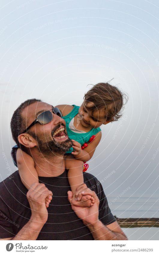 Vater und Tochter lachen gemeinsam Lifestyle Leben Mensch maskulin feminin Kind Baby Mädchen Junger Mann Jugendliche Erwachsene Familie & Verwandtschaft