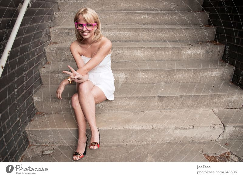 #248636 Stil schön Frau Erwachsene Leben Treppe Kleid Brille blond Erholung sitzen leuchten trendy einzigartig nerdig Neugier Glück Fröhlichkeit Zufriedenheit