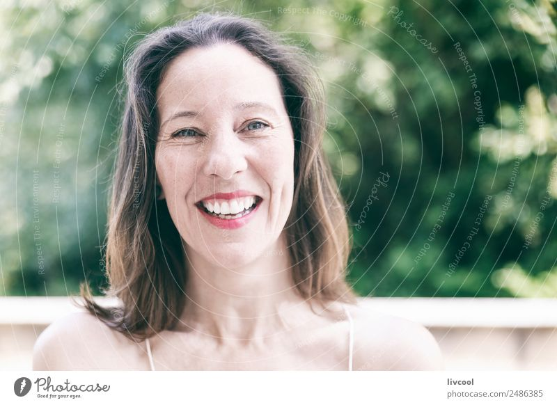 Frau, die glücklich lacht. Lifestyle Glück schön Gesicht Sommer Mensch feminin Erwachsene Weiblicher Senior Kopf 1 45-60 Jahre Natur Pflanze Baum Blatt Park