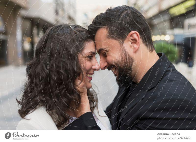 Beziehung zwischen Erwachsenen elegant Valentinstag Hochzeit Mensch Frau Mann Paar Partner 2 30-45 Jahre Anzug brünett Küssen Umarmen Partnerschaft Stil bärtig