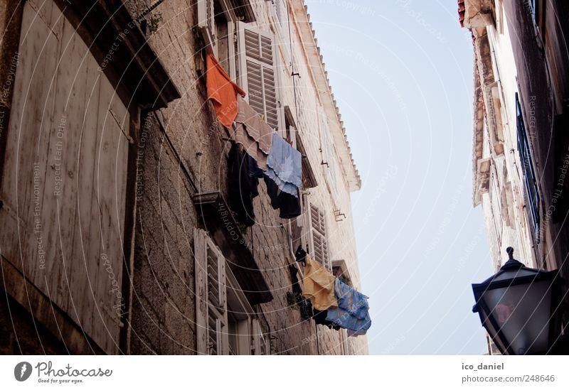 Gasse in Trogir II (Kroatien) weiß Stadt blau Sommer Ferien & Urlaub & Reisen Haus Wand Fenster Mauer braun orange Wohnung Tourismus Europa Häusliches Leben