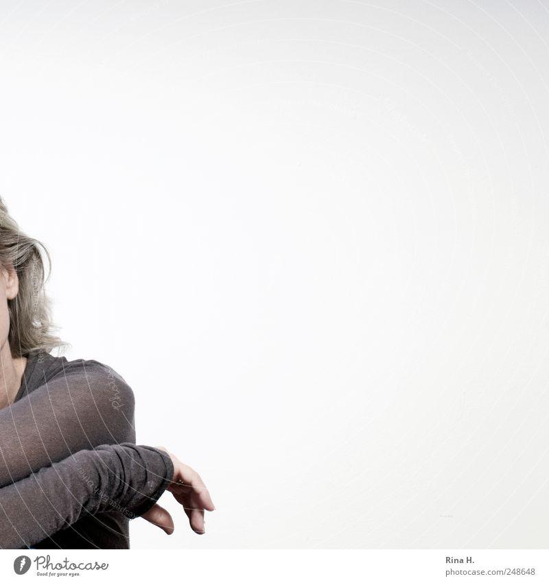 Relax Frau Mensch Hand ruhig Erholung grau Haare & Frisuren Erwachsene Arme warten sitzen Ohr 45-60 Jahre Gelassenheit
