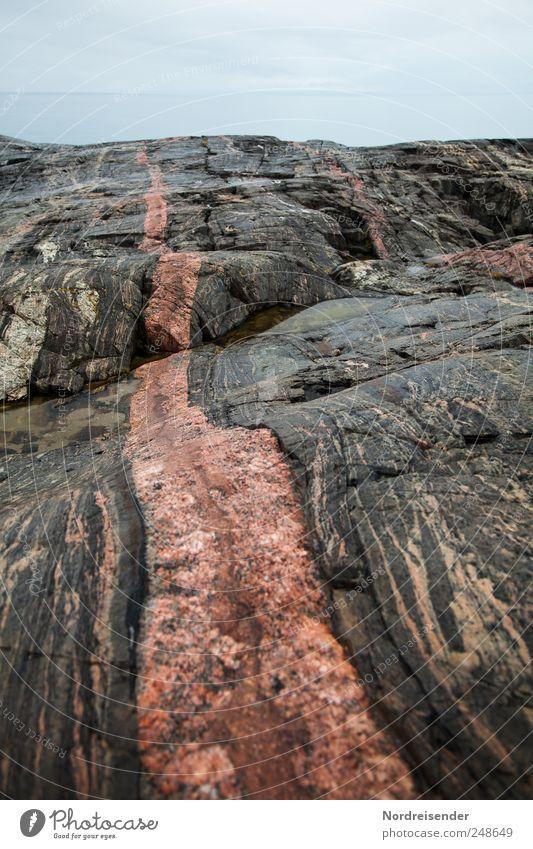 Roter Faden Natur Wasser Meer ruhig Wege & Pfade Stein Küste Regen Linie Kraft Horizont Felsen ästhetisch Streifen Urelemente Surrealismus