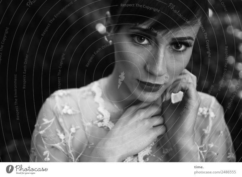 Nastya feminin Frau Erwachsene 1 Mensch Park Hemd brünett langhaarig Zopf beobachten berühren Denken festhalten Blick warten schön Schutz Wachsamkeit geduldig