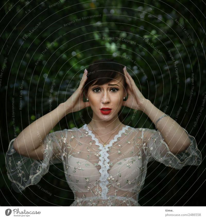 Nastya feminin Frau Erwachsene 1 Mensch Baum Park Hemd BH brünett langhaarig Zopf festhalten dunkel schön Wachsamkeit Leben Neugier Überraschung Stress